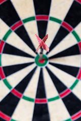 Dartscheibe mit Steeldart im Bullseye