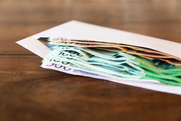 Umschlag mit Geld auf einem Tisch