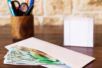 Umschlag mit Geld auf einem Schreibtisch