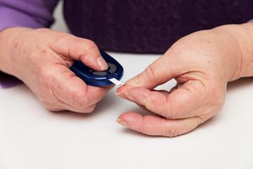 Seniorin misst Zucker mit Zuckermessgerät