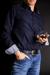 uomo con bicchiere di whisky