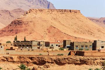 Neubau  traditioneller Häuser an der Route nach Marrakesch