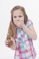 Mädchen mit Schokoladen-Osterhasen