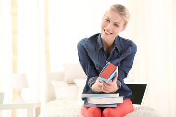 Junge Frau mit ihren Studienbüchern