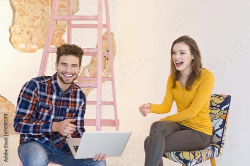 canvas print picture Junger Mann mit Laptop und lachende Frau