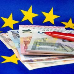 Der Rotstift wird eingesetzt, Euro-Banknoten