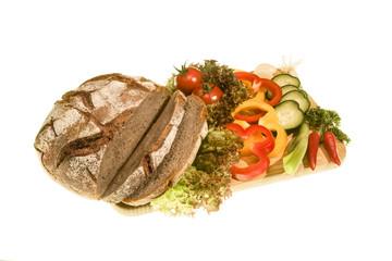 Brotlaib mit frischem Gemüse – freigestellt