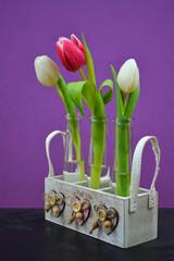 bunte Tulpen im Retro-Körbchen