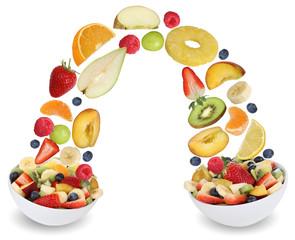 Fliegender Fruchtsalat mit Früchte wie Orange, Apfel, Banane, P
