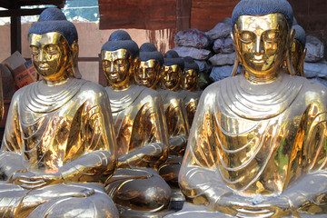 Bouddhas de bronze dans un atelier de Mandalay