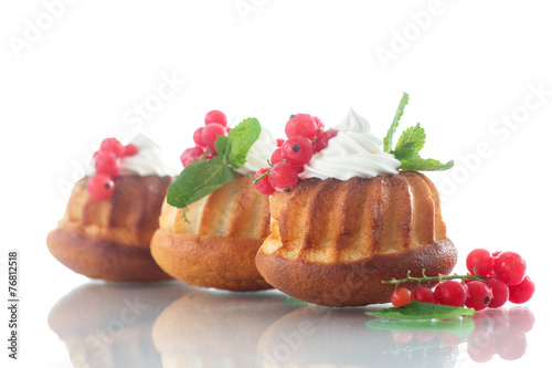 Muffins with berries and cream - 76812518