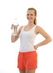 junge Frau in Sportbekleidung trinkt aus einer Wasserflasche