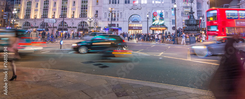 Fotobehang Londen LONDON - SEPTEMBER 27 : Motion blurred traffic and people pass t