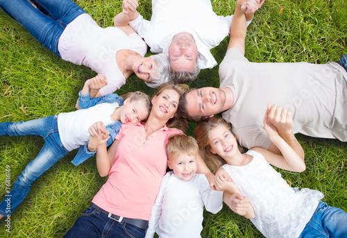 Leinwanddruck Bild familie auf der wiese