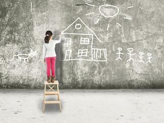 Mädchen malt ein Haus