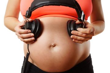 Babybauch mit Kopfhörer