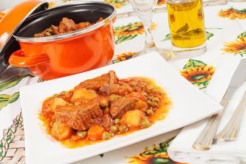 spezzatino di carne con patate, piselli e carote