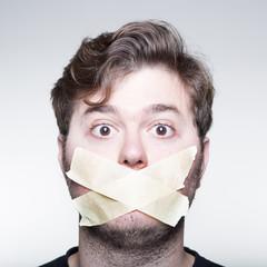 Hombre con la boca tapada 2