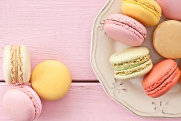 Bunte Macarons auf Teller