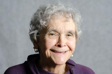 Porträt alte Frau diie lacht