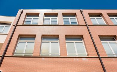 Edificio con finestre