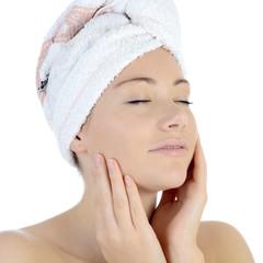 Frau mit Handtuch als Kopfturban beim Entspannen