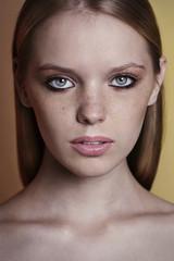 Портрет блондинки с веснушками в тёплых оттенках