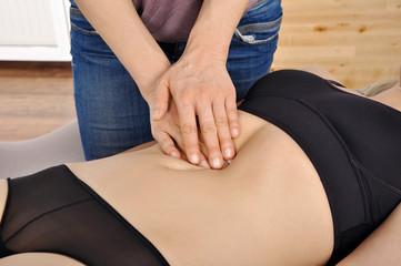 Frau bei Osteopathie bei Heilpraktiker