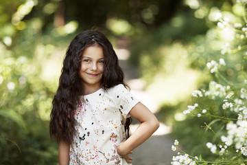 Портрет красивой девочки которая улыбается в парке