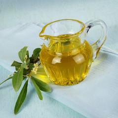 Olivenöl mit blühenden Olivenzweig