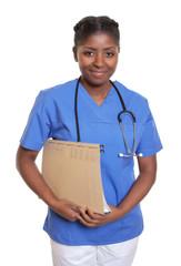 Freundliche Krankenschwester aus Afrika mit Akte