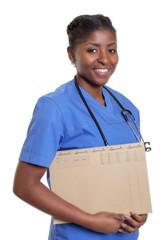 Lachende Krankenschwester aus Afrika mit Akte