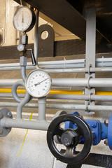 Manometer pressure gas line with valve