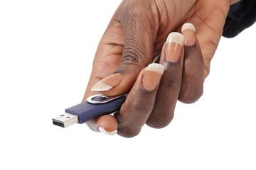 femme noire tenant clé usb