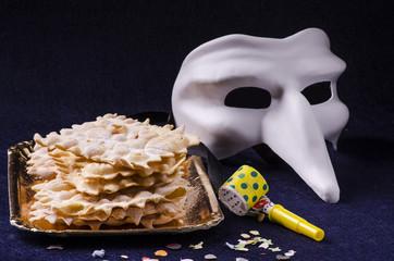 dolci di carnevale con maschera
