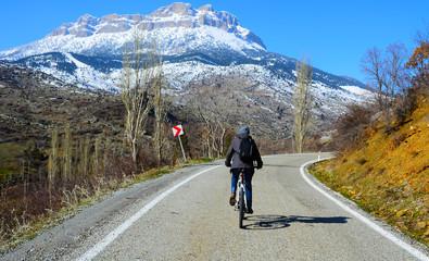 karlı dağlara doğru bisiklet sürmek