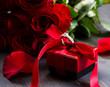 Obrazy na płótnie, fototapety, zdjęcia, fotoobrazy drukowane : valentine's day Red roses and gift box on a wooden background
