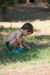 enfant jouant sur l'herbe