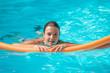 jeune femme dans une piscine
