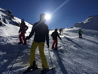 skifahren im sonnenschein
