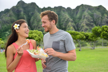 Hawaii food travel couple eating shrimps on Oahu