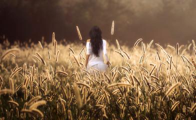 ragazza su sfondo dorato all'alba