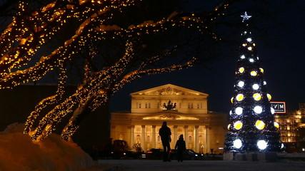 Новогодняя елка и Большой театр вечером