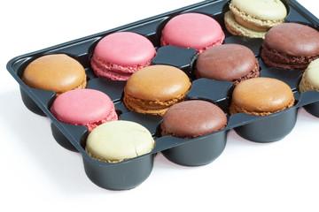 Macarons de couleurs différentes conditionnés en boite