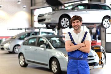 Automechaniker // Mechanic in car repair shop