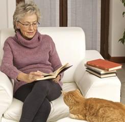 donna leggere gatto