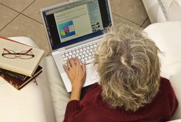 donna computer dall'alto