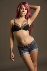 hübsche junge Frau in BH und kurzen Shorts