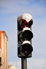 semaforo con nieve en invierno