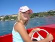 Mädchen beim Boot fahren auf dem Bodensee